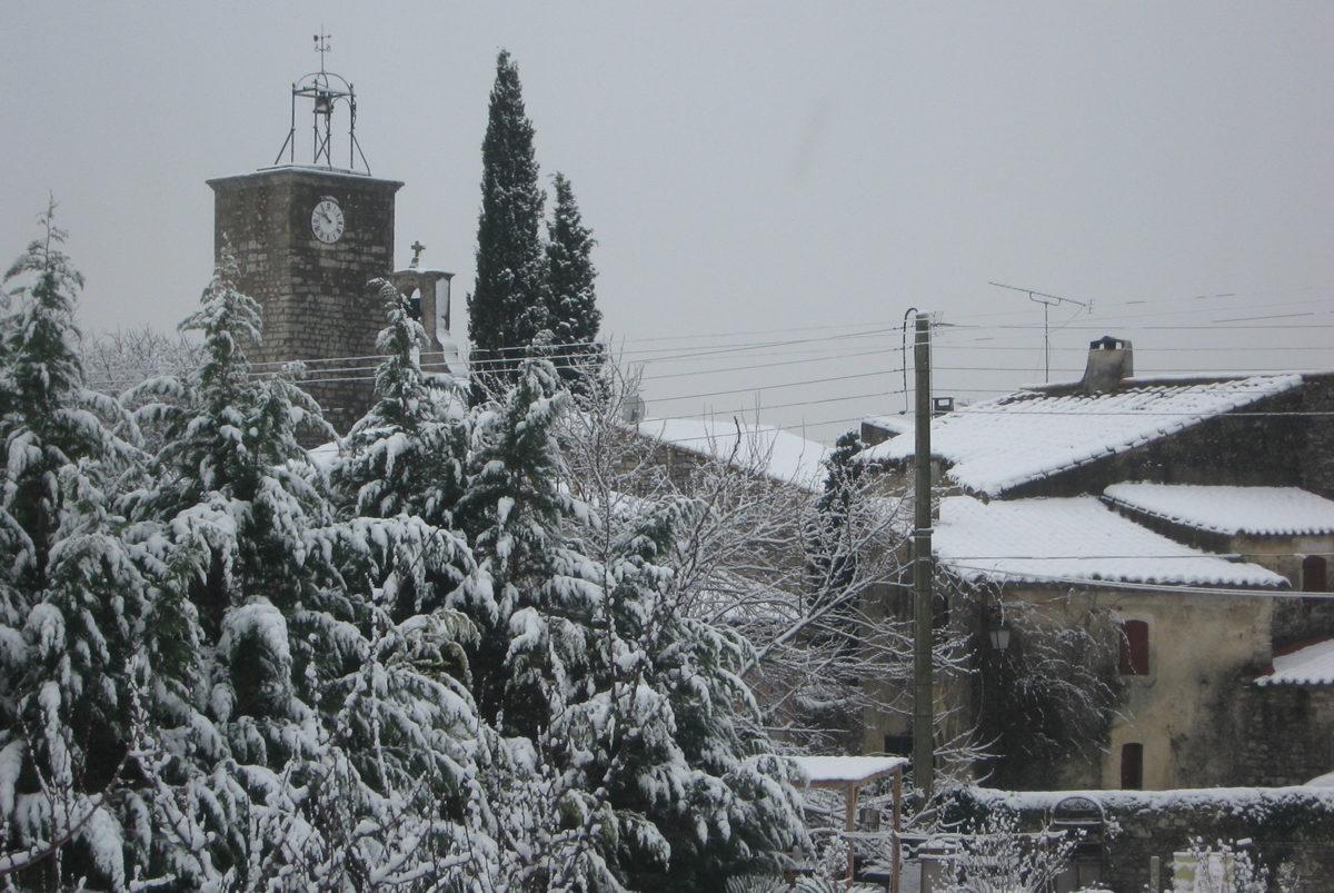 La tour de l'horloge de Garrigues sous la neige