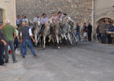 Photo de'un abrivado dans le village de Garrigues