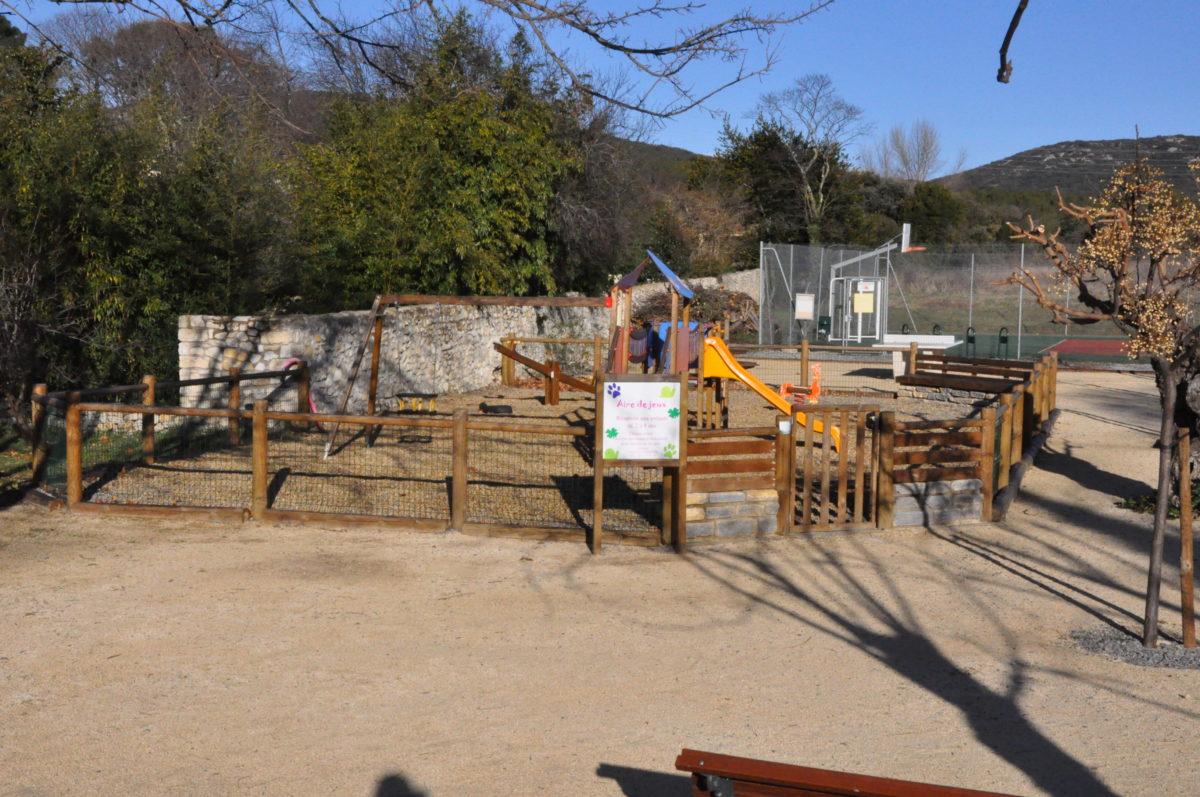 L'aire de jeux pour les enfants à Garrigues