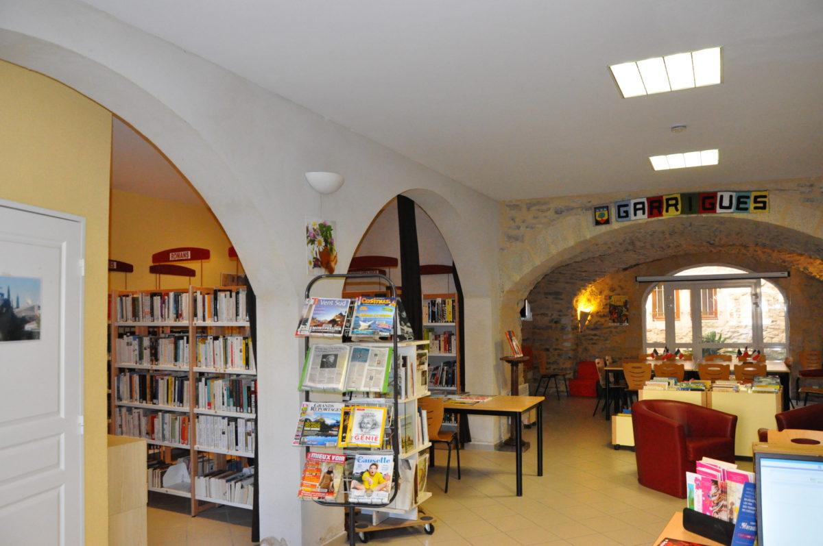 Intérieur de la bibliothèque de Garrigues