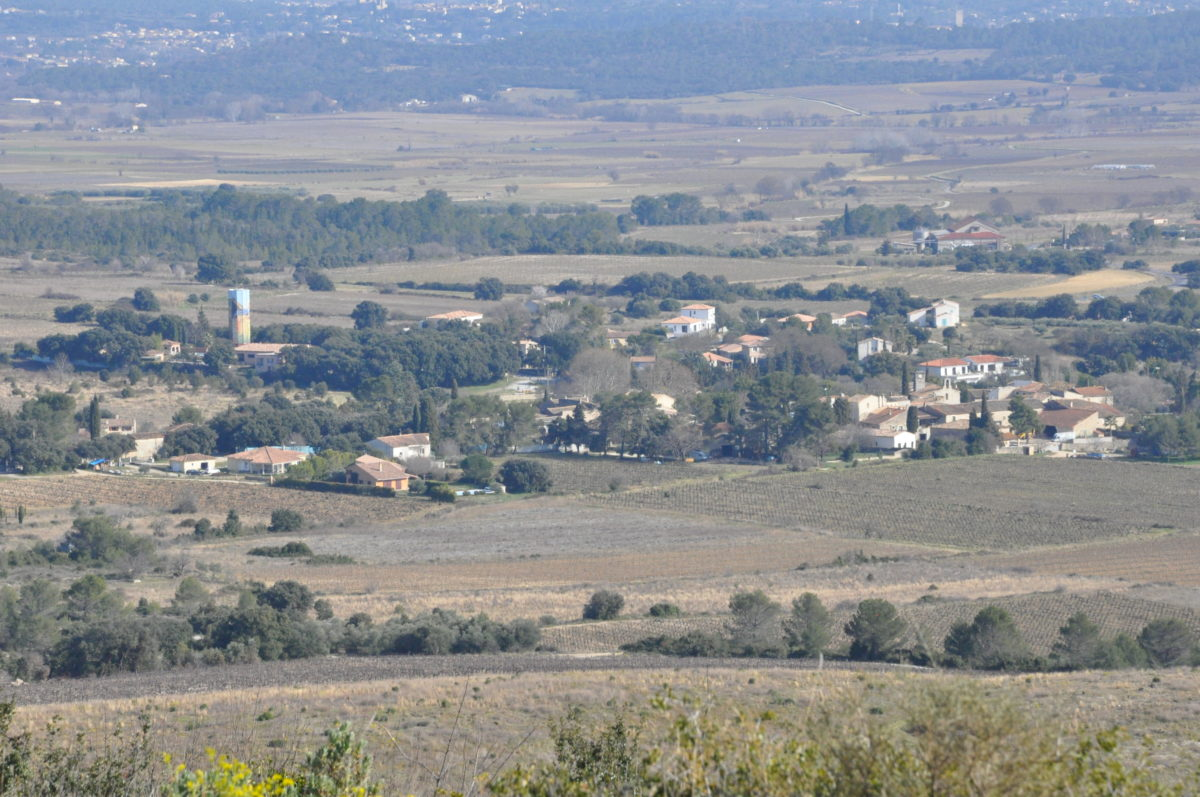 Photo du village de Garrigues prise de la colline de la pêne